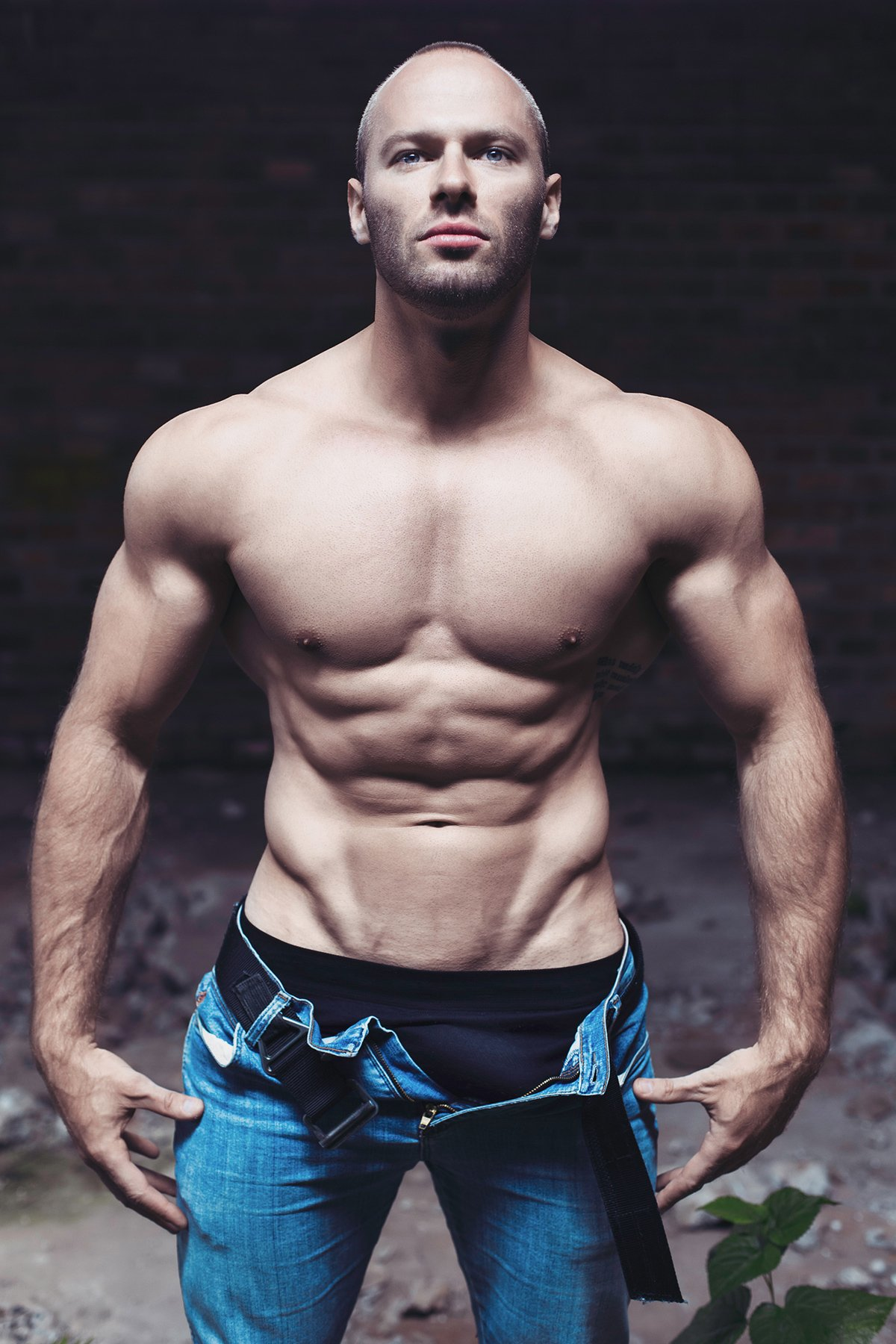 Muscle hunk Thiago Stahlke has an impressive cock bulge